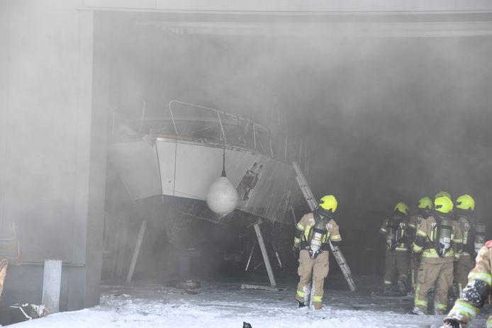 In een boot in een loods is brand uitgebroken. De boot kan waarschijnlijk als verloren beschouwd worden.