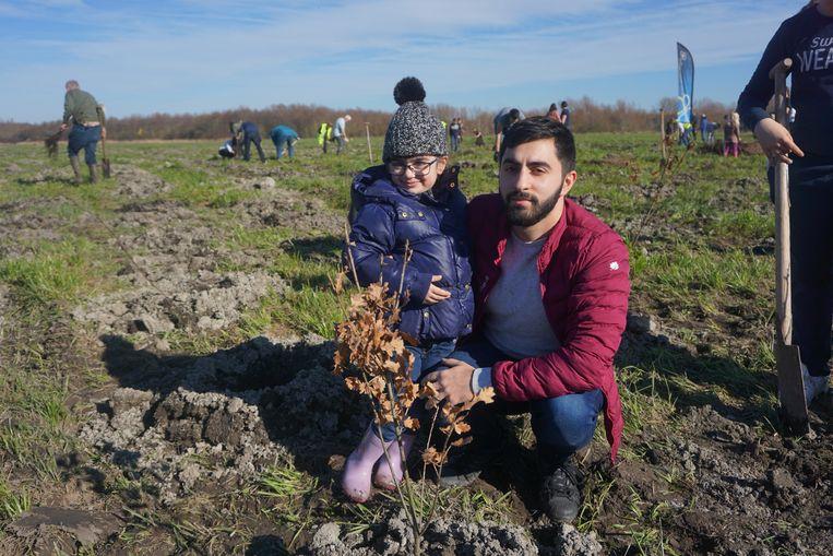 Henrik Hovhannisyan en nichtje Lusine planten bomen met het oog op de toekomst.