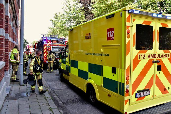 Een ziekenwagen kwam ter plaatse in de Bissegemstraat in Gullegem om de bewoner, die door rook bevangen was, over te brengen naar het ziekenhuis.