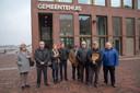 Bewoners overhandigen een petitie tegen de plannen om het voetbalveld van Kwatrecht om te vormen tot woonerf in Wetteren.