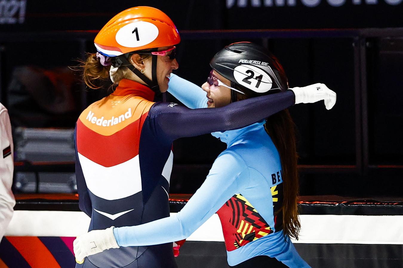Hanne Desmet (rechts) feliciteert wereldkampioene Suzanne Schulting.
