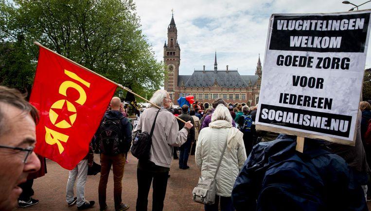 Bij een demonstratie bij het Vredespaleis in Den Haag in mei 2016 demonstreren mensen voor de rechten van vluchtelingen. Beeld anp