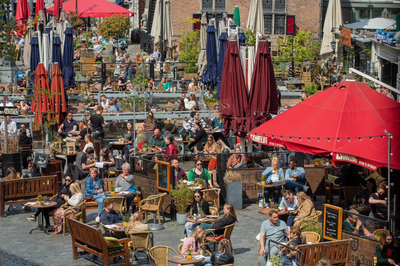 Drukte op het terras op de Grote Markt in Nijmegen, archieffoto van 28 april 2021.