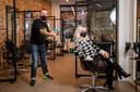 Zangeres Jessie wist een plaatsje te versieren in de stoel van BV-kapper Jochen Vanhoudt.
