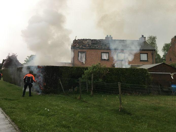 De haag aan de woning vatte vuur en moest geblust worden.