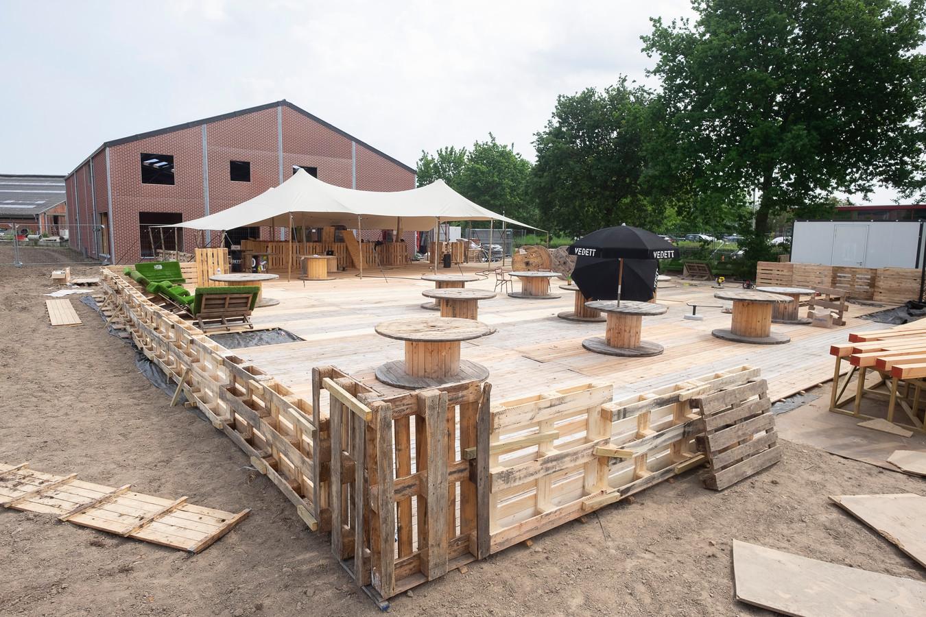 De opbouw van de zomerbar.