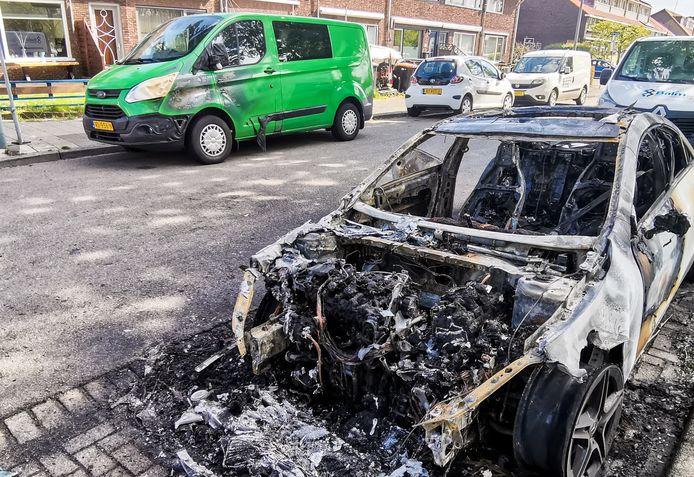 Bij de autobrand raakten ook twee andere voertuigen beschadigd, zoals een bestelbus aan de andere kant van de straat.