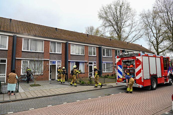 Bij een brand in de Sibeliusstraat in Tilburg is een bijgebouw van een woning volledig verwoest door brand.