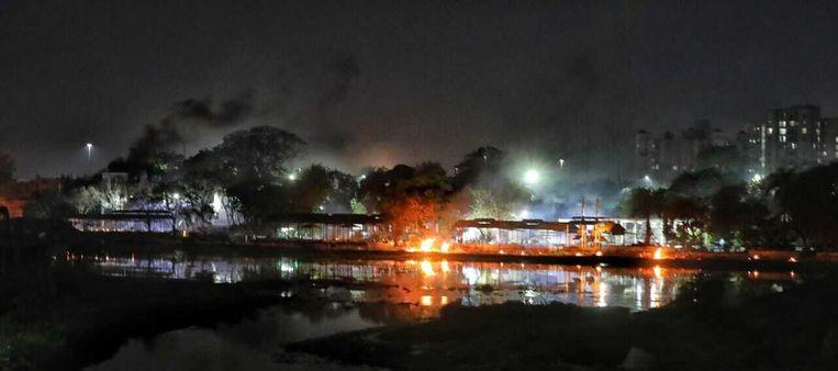 De vuren van de brandstapels bij Baikunth Dham in Lucknow waren van grote afstand dag en nacht zichtbaar. Beeld Saurabh Sharma