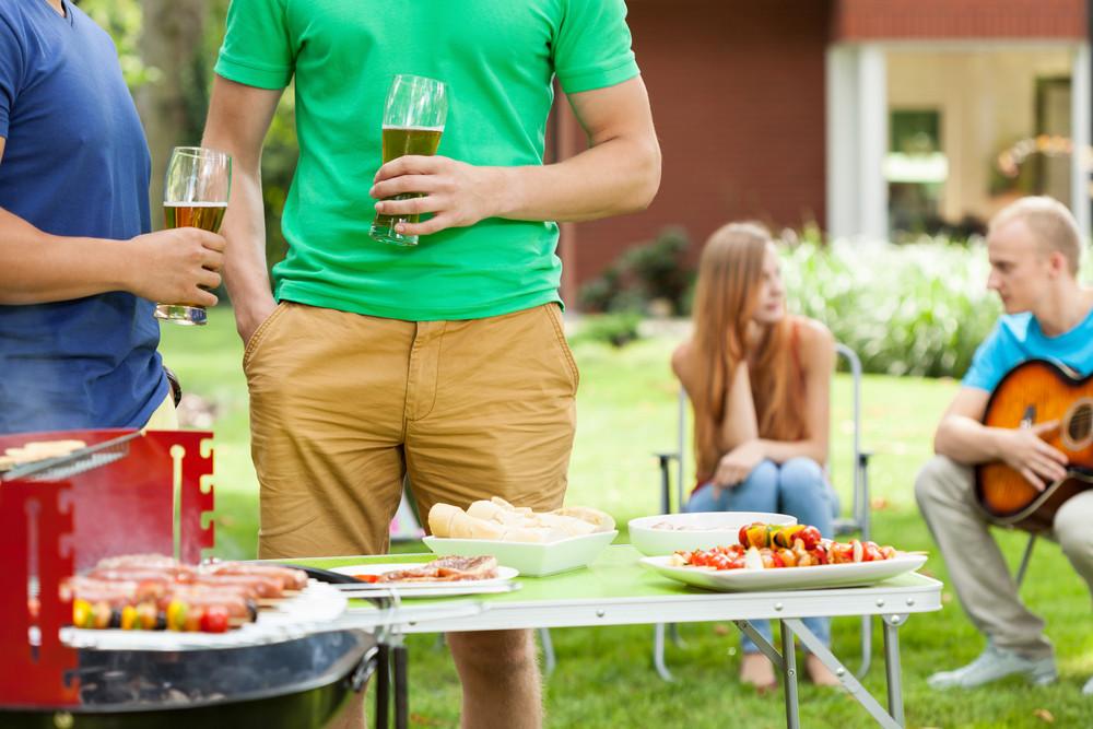 Eten dat te lang buiten staat, bederft. Zeker in de zon gaat het hard..