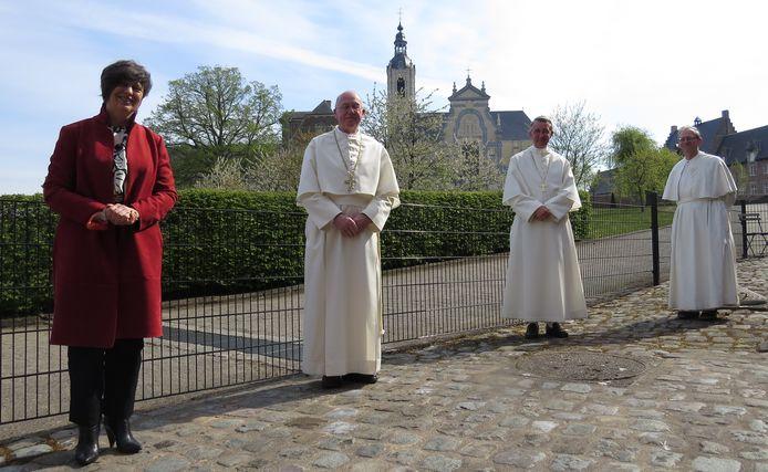 Gedeputeerde Kathleen Helsen, samen met abten Jeroen De Cuyper (Tongerlo) en Marc Fierens (Averbode) en pater Herman Janssens aan de abdij van Averbode.
