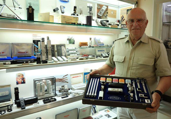 Henk Hommers met een casette uit 1958 in zijn Minoxmuseum in Zaamslag.