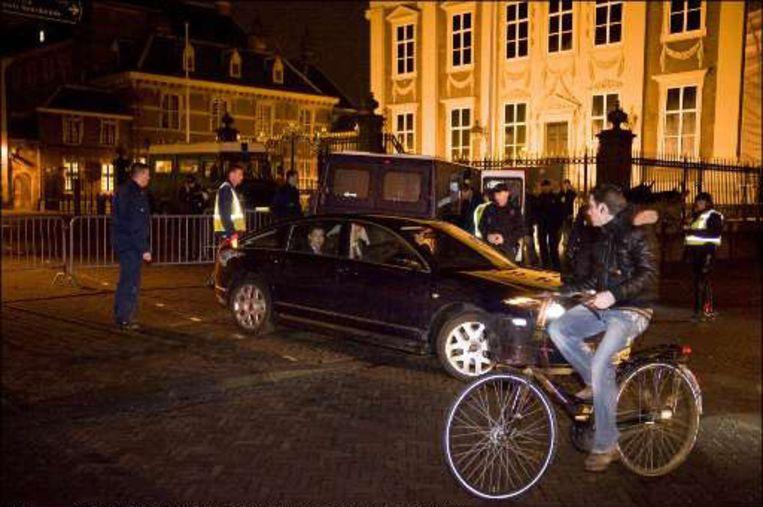 De politie heeft na het verschijnen van de film het Binnenhof afgezet. Minister Maxime Verhagen verlaat in zijn dienstauto het Binnenhof om even voor middernacht.