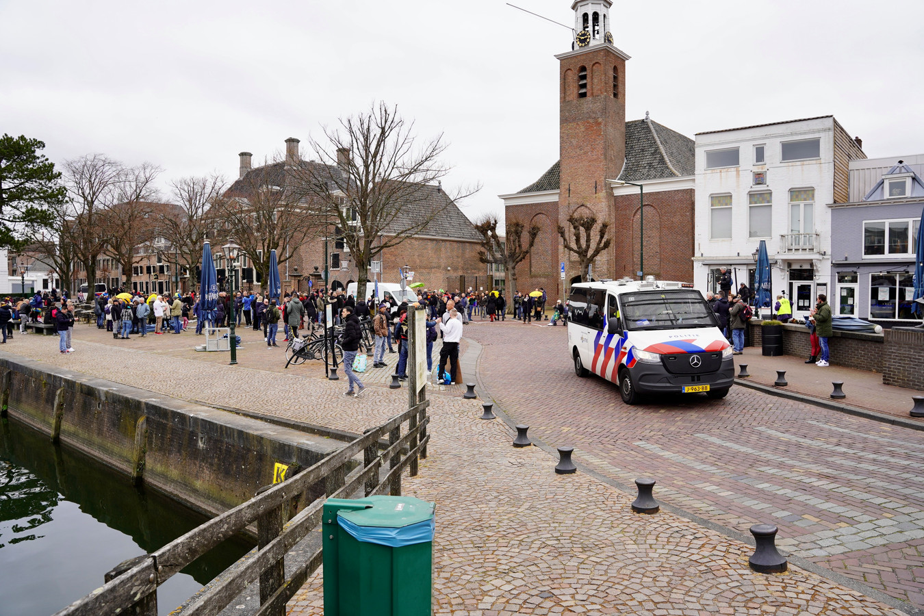 De politie heeft drie demonstranten aangehouden.