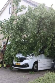 Storm richt spoor van vernieling aan in de regio: dak van woning in Kampen en Apeldoorn deels onbegaanbaar