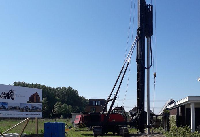 De heipalen zijn onlangs de grond in gegaan voor de nieuwbouwwoning aan de Laan van Braets in Dordrecht.