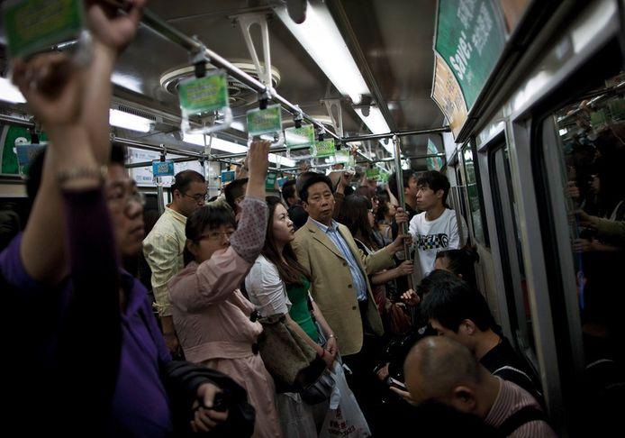 Chinezen in de metro van Beijing. Foto: AP