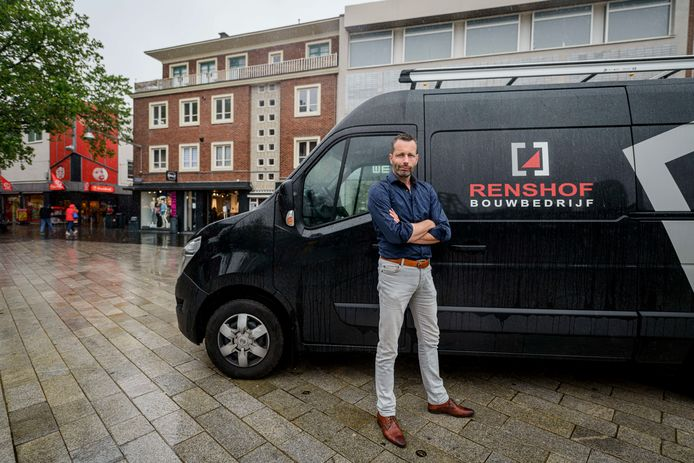 Marc ter Huerne van bouwbedrijf Renshof op het Van Heekplein, waar het bedrijf onlangs een boete van maar liefst 1200 euro kreeg.