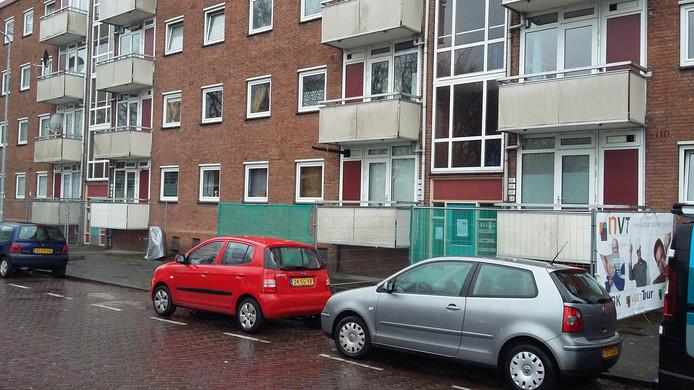 Rond de flats met gevaarlijke balkons in Brabantpark zijn hekken geplaatst.