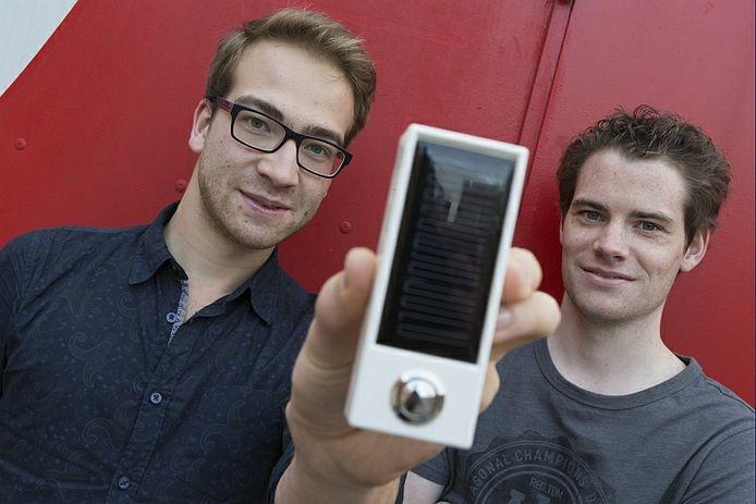 Alexander Nijdam (links) en Bas van den Berg ontwikkelden een Solar Bell.