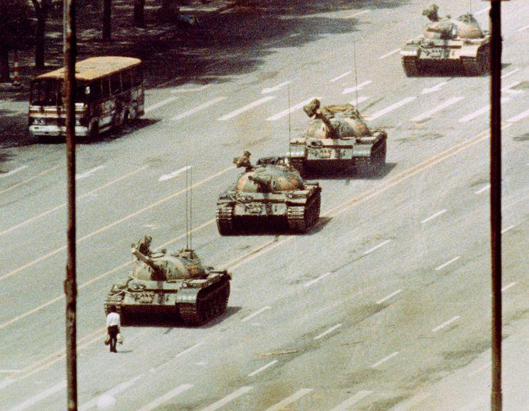 Het iconische beeld van het Tiananmen-protest: een man gaat de confrontatie met oprukkende tanks aan.  Beeld © Reuters/CORBIS