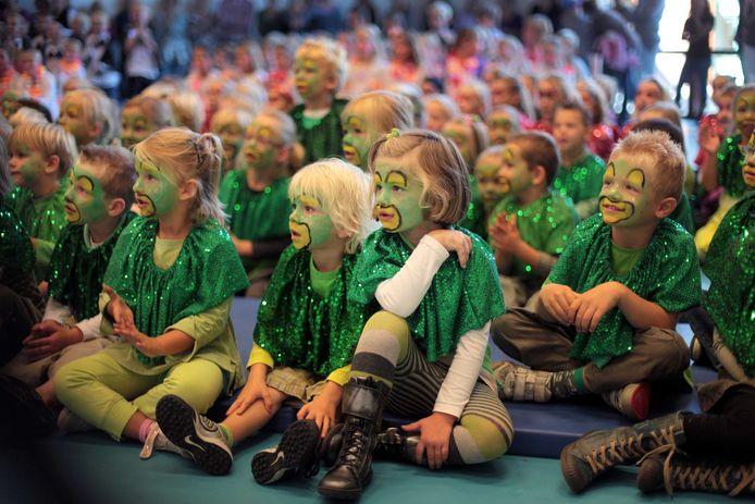 Leerlingen van basisschool De Elstar uit Elst  bij het vijfjarig bestaan (archieffoto).