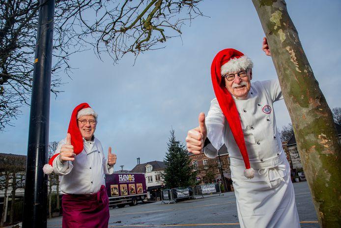 Kerstengelen Piet Hendriks (links) en Rob Netten (rechts) op de markt in Wijchen waar ze normaliter met hun kraam staan om geld en spullen in te zamelen.