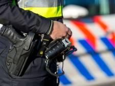 Man probeert met pepperspray in de ogen te vluchten van de politie