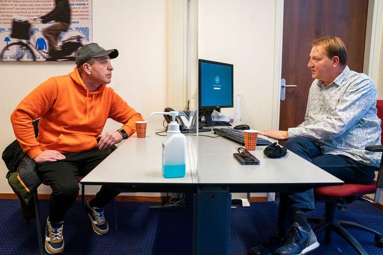Michel Vis in gesprek met  Erwin Beune, verpleegkundig specialist bij de Parnassia groep, een GGZ instelling. Beeld  Inge Hondebrink