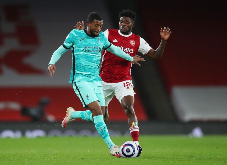 Georginio Wijnaldum in duel met Thomas Partey. Hun clubs Liverpool en Arsenal behoren tot de twaalf clubs.  Beeld Pool via REUTERS