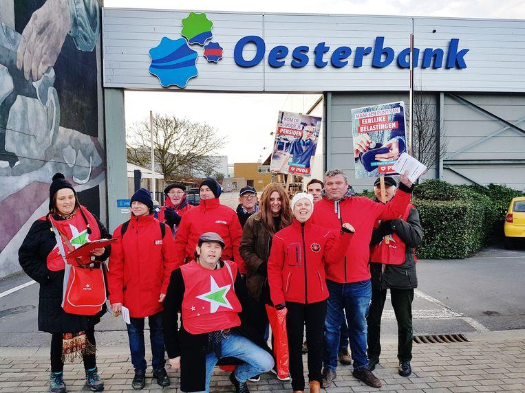 Het stakingspiket voor de ingang van de beschutte werkplaats Oesterbank, met ABVV-vakbondsafgevaardigde Carla Willaert (met gebalde vuist).