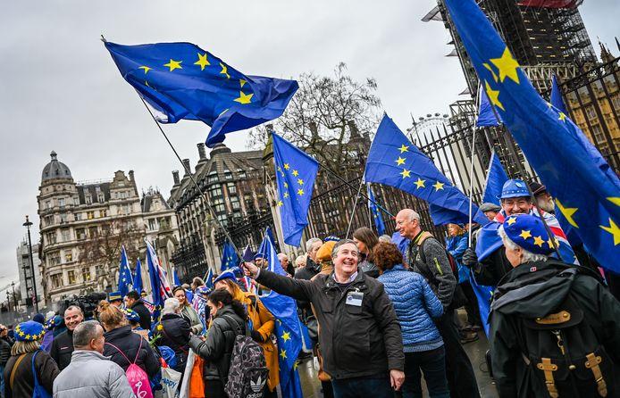 Laat u niet misleiden door de lachende gezichten: deze mensen zijn boos en willen Europa niet lossen.