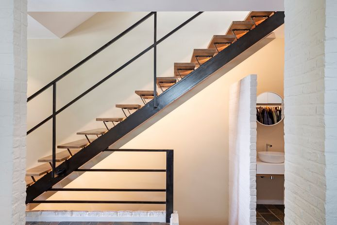 Dans cette vue aux lignes géométriques affirmées, les matériaux affichent leurs contrastes: acier noir lise, bois chaleureux, brique blanche texturée.