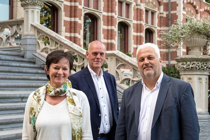 Ghislaine De Buyst, medewerkster van de dienst overheidsopdrachten, met burgemeester Guy Van Hirtum en schepen Filip Verrezen.