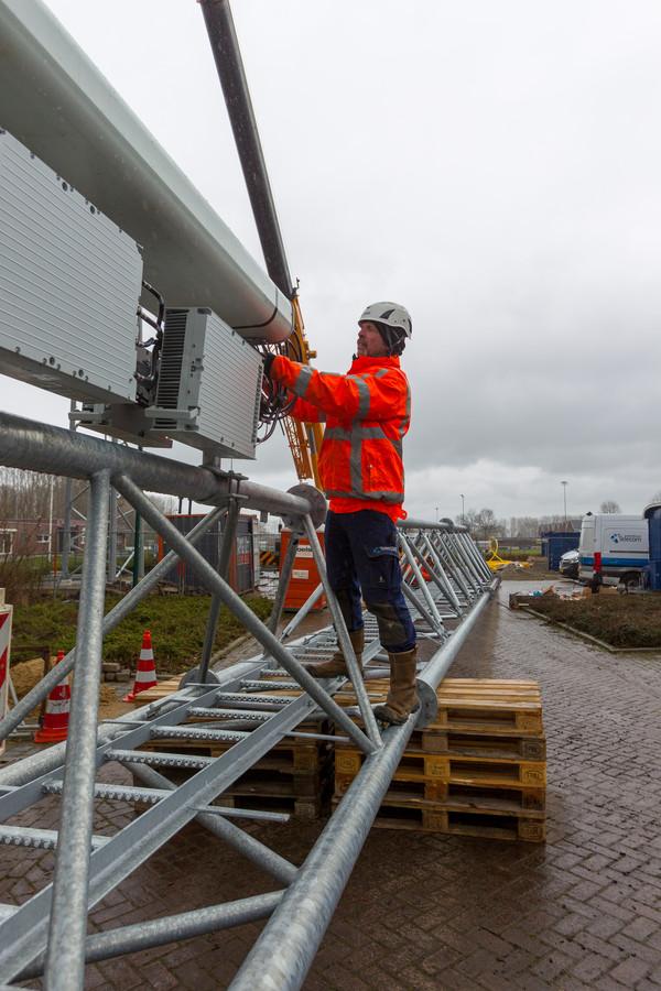 Bij het voetbalveld van Ollandia werd vorige week een mast voor mobiele telefonie geplaatst.