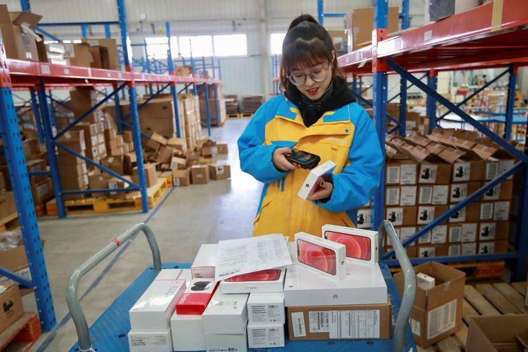 Een werknemer aan de slag in een distributiecentrum in de Chinese stad Shenyang. Beeld AFP
