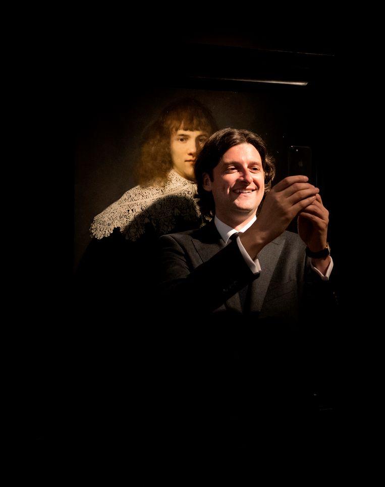 Jan Six maakt een selfie voor Portret van een jongeman dat aan Rembrandt wordt toegeschreven.  Beeld ANP
