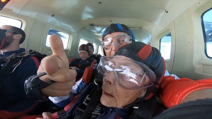 103-jarige breekt wereldrecord skydiven met duosprong