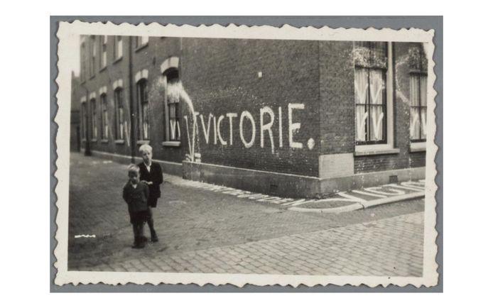 V=Victorie, de leus van de NSB die in de Tweede Wereldoorlog op muren werd gekalkt, waaronder op de gevel van de hoek Nieuwegracht en de Magdalenastraat in Utrecht.