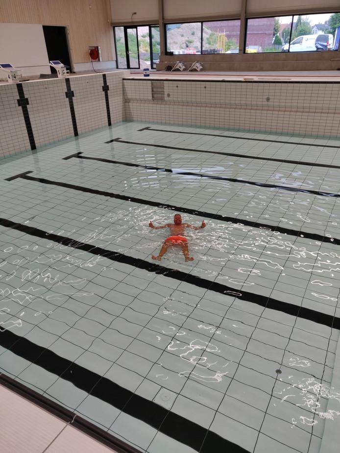 Marc Olde Scholtenhuis maakt alvast even een testrondje in het nieuwe wedstrijdbad.