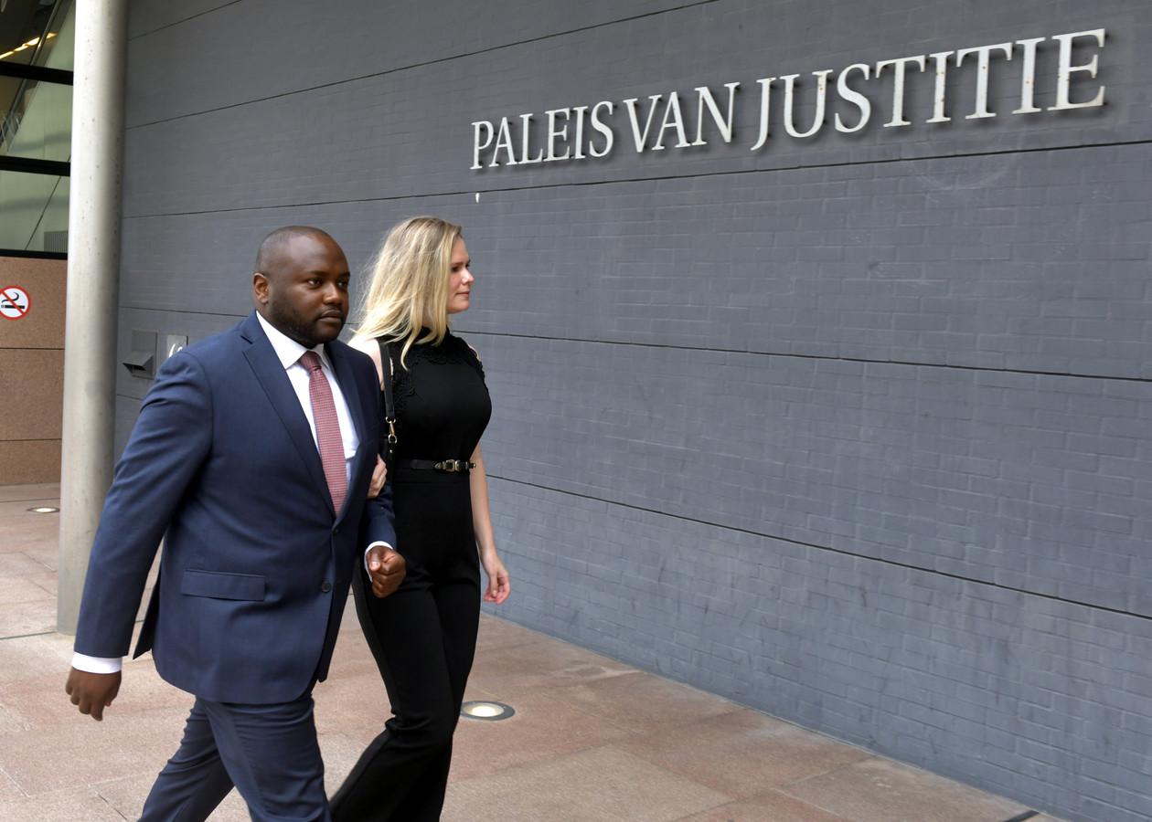 Mpanzu Bamenga arriveert dinsdagochtend bij de rechtbank in Den Haag voor zijn zaak tegen de marechaussee wegens discriminatie