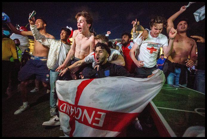 Uitzinnige vreugde op Trafalgar Square nadat Engeland zich geplaatst heeft voor de finale van Euro 2020.