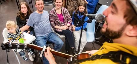 Stadstroubadour krijgt blessuretijd om Deventer te bezingen: 'Corona maakt het lastig'