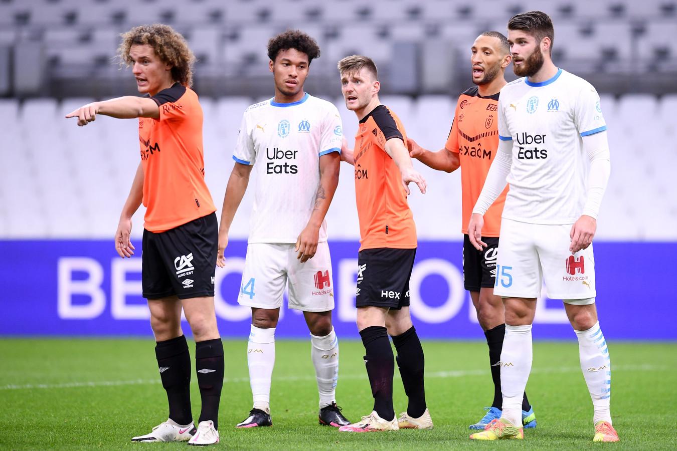 Wout Faes en Thomas Foket in actie tegen Marseille.