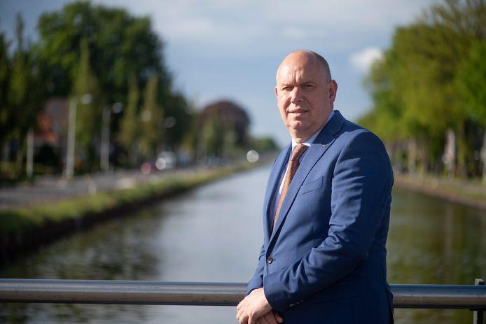 Gedeputeerde Bert Boerman wil de bewoners langs kanaal Almelo - De Haandrik toekomstperspectief bieden.