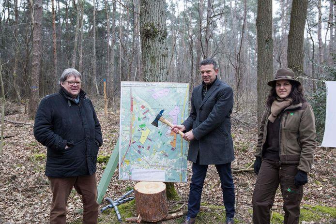 Patrick Meesters van Bosgroep Limburg met schepen Gianni Cacciatore (midden) en Lise Hendrick van het Agentschap Natuur en Bos in Kattevennen.