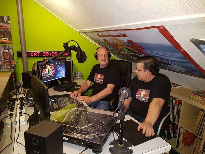 Hans Arissen en Hans van Delft (rechts) in de studio van SasFM.