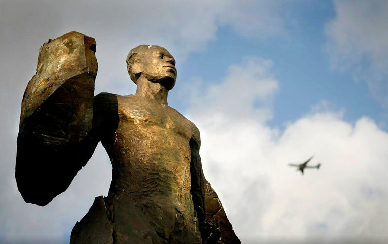 Het standbeeld van schrijver Anton de Kom in Amsterdam Zuidoost.  Beeld Frank Castelein