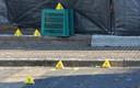 Bij de sporen in de Madeliefstraat zijn door de politie bordjes geplaatst.