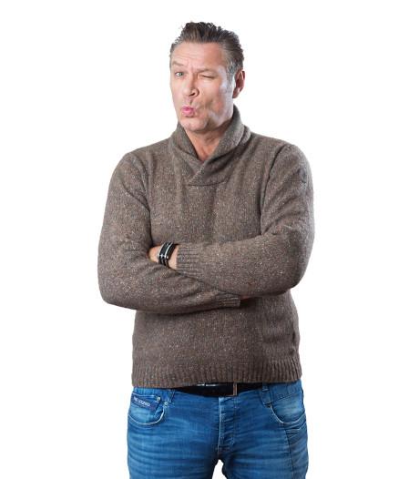 Onhandig gehups om broekje aan te krijgen achter een wapperende handdoek